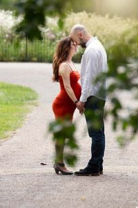 london maternity photographer: outdoor photos of expecting couple