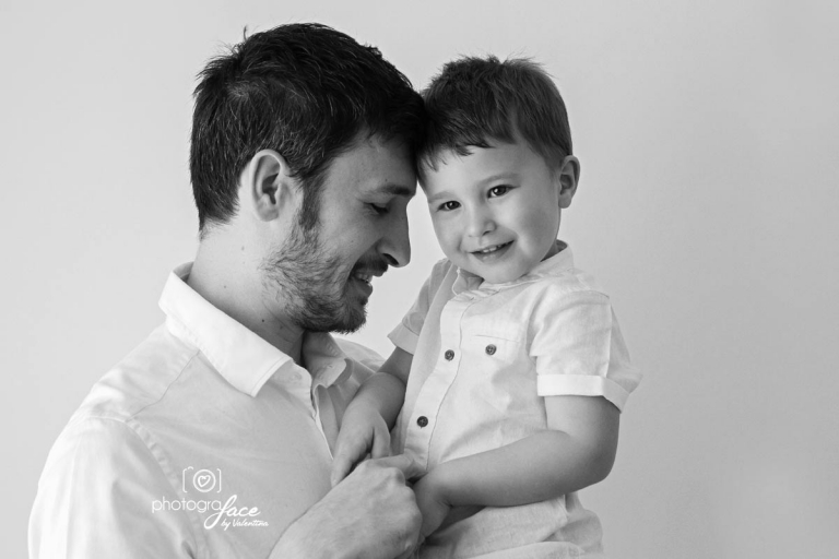 B&W image of dad and son- baby photography richmond
